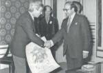 Hergé reçoit le diplôme de citoyen d'honneur et la médaille d'or de la ville d'Angoulême des mains de Jean Mardikian.
