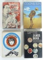"""Couvertures pour les premières éditions des ouvrages de Kingsley Amis : """"Colonel Sun"""" (Hamlyn Publishing Group Ltd., 1968 et Jonathan Cape, 1968), """"The Book of Bond"""" (Jonathan Cape, 1965) et """"The James Bond Dossier"""" (Jonathan Cape, 1965)."""