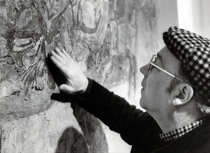 René Moreu, lors du vernissage d'une exposition de ses oeuvres à Amiens, en 1975.