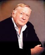 Horak dans les années 1980 et en 2005, présentant une partie de ses oeuvres.