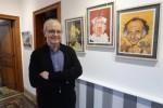 Claude Laverdure posant pour le quotidien L'Avenir à côté de la caricature d'Édouard Aidans  à la Galerie Aarnor, à Spy, lors du vernissage cde son exposition, le  vendredi 31 janvier 2020.
