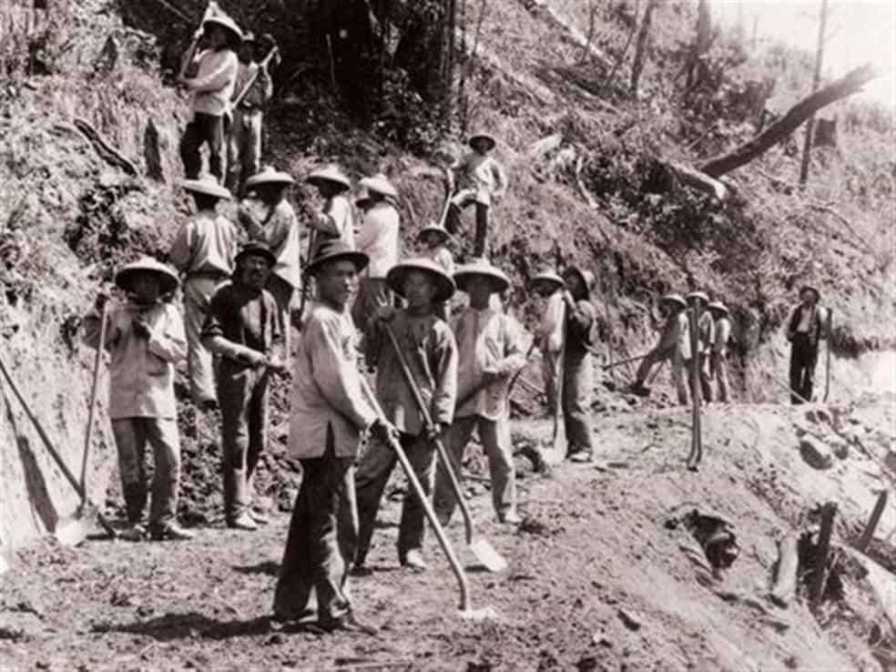 Travailleurs chinois sur les chantiers du rail.