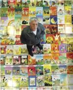 Raoul Cauvin au milieu de quelques uns de ses plus de 500 albums...