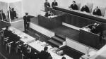 Eichmann (dans la cage vitrée, à gauche) interrogé par ses juges en 1961.
