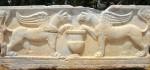 Bas relief en marbre représentant deux griffons sur une sépulture romaine.
